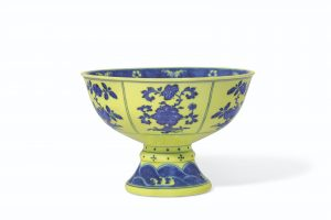 A VERY RARE UNDERGLAZE-BLUE-DECORATED YELLOW-ENAMELED STEM BOWL/AuctionDaily