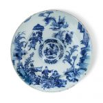 A DUTCH DELFT BLUE AND WHITE LARGE CHARGER, CIRCA 1680-1700/Auctiondaily
