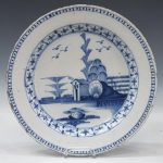 ENGLISH DELFT B&W CHINOISERIE CHARGER, 18TH C.
