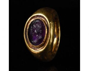 STUNNING ROMAN GOLD RING WITH AMETHYST INTAGLIO OF AN EMPRESS