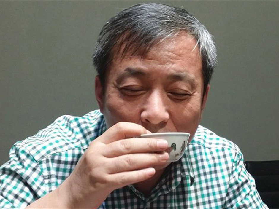 Liu Yiqian drinking from the Qing-dynasty cup he won at auction. Photo from Sotheby's.