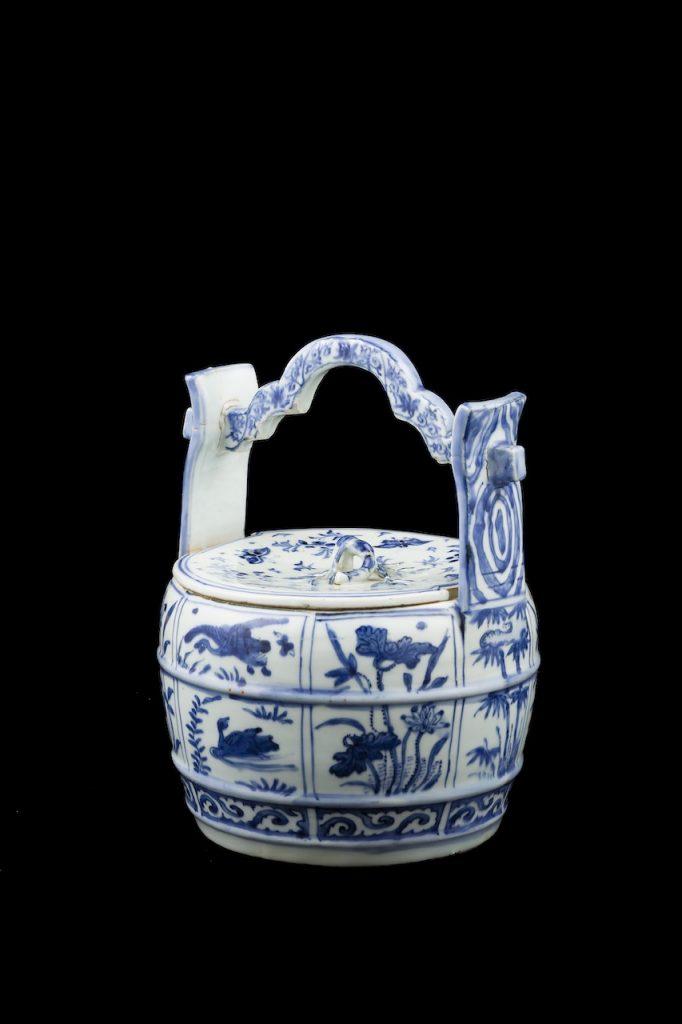 Mizusashi (Fresh Water Jar) with Handle Ko-sometsuke ware, Jingdezhen kilns, Jianxi province, China Ming dynasty, 17th century Porcelain decorated with underglaze cobalt blue D 20.3 x H 26.4 cm