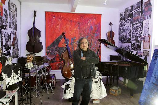 Javier Vázquez Estupiñán (Jazzamoart) in his studio. Image by Notimex/Gustavo Durán/GDH via El Siglo de Torreón.