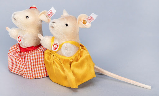 Lot #70: Steiff's Town Mouse & Country Mouse pair prototype. Image from Potter & Potter.